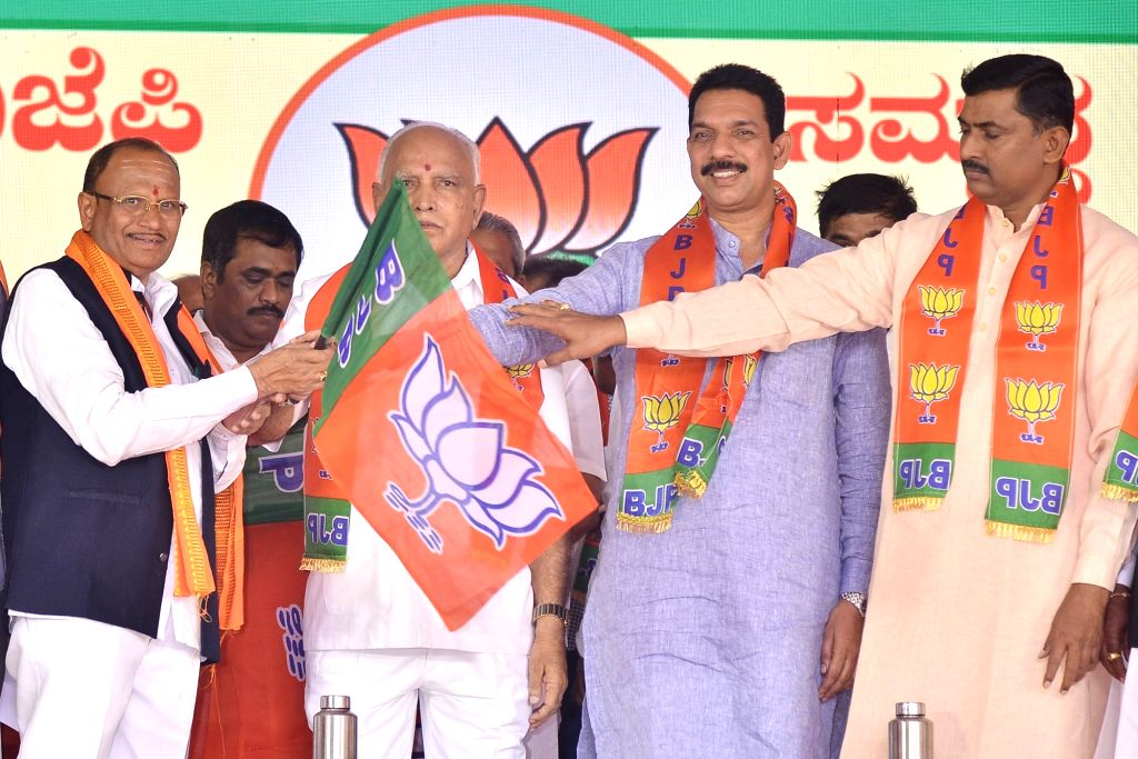 Karnataka Chief Minister B. S. Yediyurappa, BJP State President Nalin Kumar Kateel and party National Secretary Muralidhar Rao hand over the party flag to disqualified MLA Pratap Gowda ... - B. S. Yediyurappa, Nalin Kumar Kateel, Secretary Muralidhar Rao and Pratap Gowda Patil