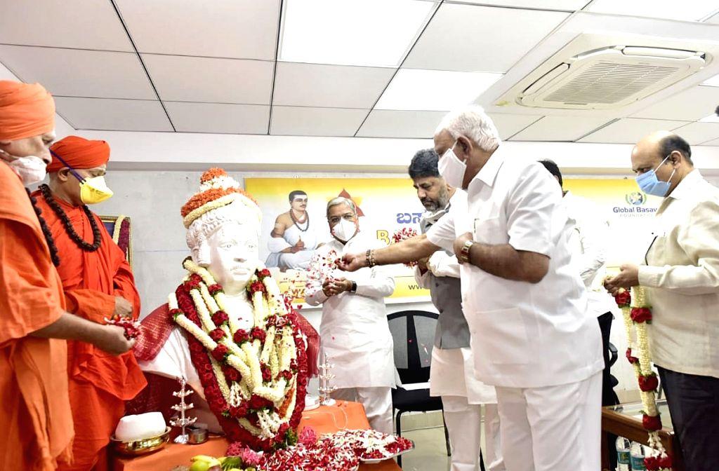 Karnataka Chief Minister BS Yediyurappa accompanied by DCM Govind Karjola, Home Minister Basavaraj Bommai, Congress er DK Shivakumar, Sri Shivamurthy Murugha Sharanaru of Brihan Mutt, ... - B