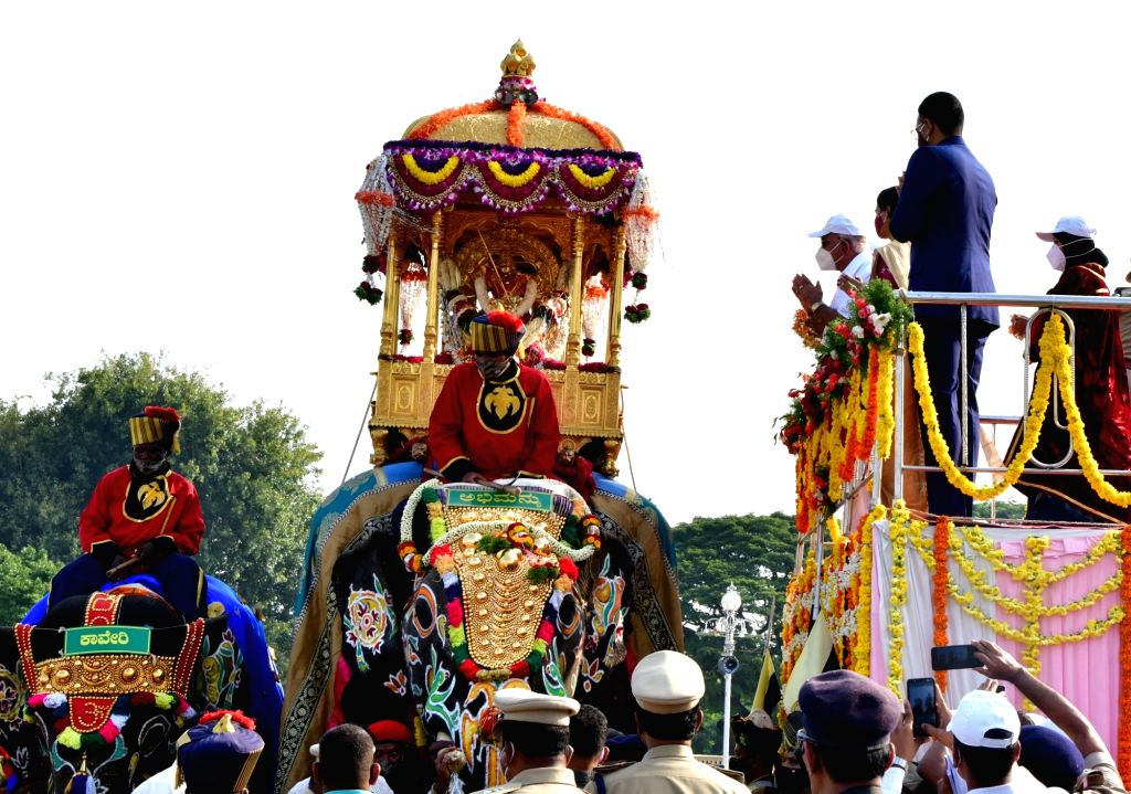 Karnataka Chief Minister BS Yediyurappa and Yaduveer Krishnadatta Chamaraja Wadiyar, the scion of the erstwhile Royal family, offer floral tributes to the Golden Howdah at the inauguration of ... - B