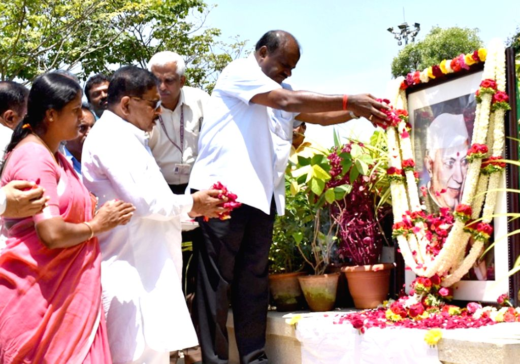 Karnataka Chief Minister H.D. Kumaraswamy and Deputy Chief Minister G. Parameshwara pays tributes to the country's first Prime Minister Pandit Jawaharlal Nehru on his 55th death ... - H.