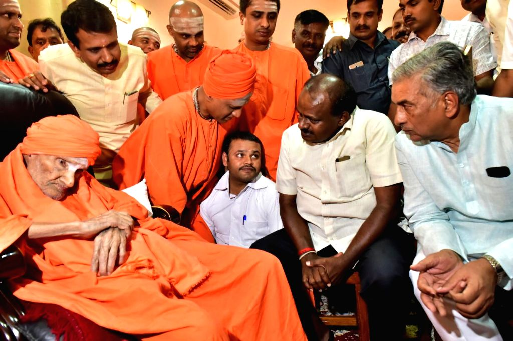 Karnataka Chief Minister H.D. Kumaraswamy visits Siddaganga Matha to seek blessings of Shivakumara Swami in Tumkur, on May 24, 2018. - H.