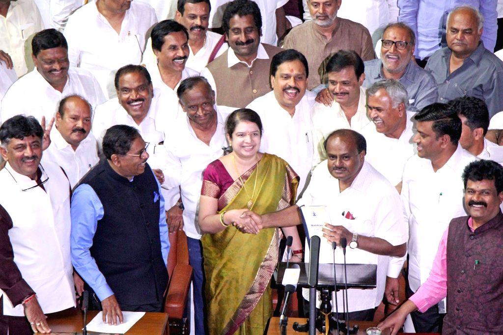 Karnataka Chief Minister H. D. Kumaraswamy with his wife and JD-S MLA Anitha Kumaraswamy, Deputy Chief Minister G. Parameshwara and Cabinet Minister D. K. Shivakumar during the Budget ... - H. D. Kumaraswamy