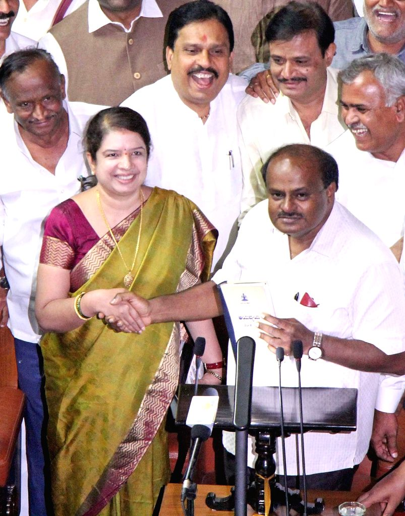 Karnataka Chief Minister H. D. Kumaraswamy with his wife and JD-S MLA Anitha Kumaraswamy during the Budget Session of the state assembly, in Bengaluru on Feb 8, 2019. - H. D. Kumaraswamy