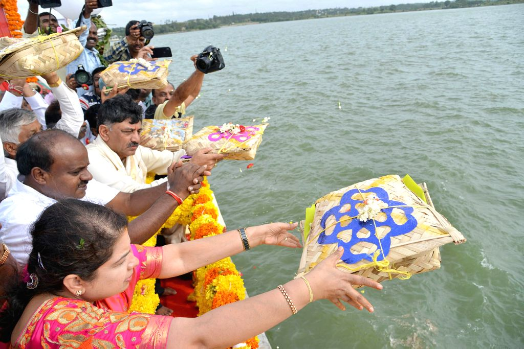 Karnataka Chief Minister H D Kumarswamy and Minister DK Shivakumar perform rituals at Krishna Raja Sagara (KRS) dam, in Mysuru, on July 20, 2018. - H D Kumarswamy