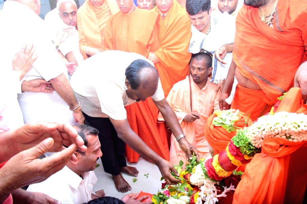 Karnataka Chief Minister H.D. Kumarswamy pays tribute to Sri Shivakumara Swamiji, who passed away at the age of 111 at Siddaganga Mutt in Tumukuru, Karnataka on Jan 4, 2019. - H.
