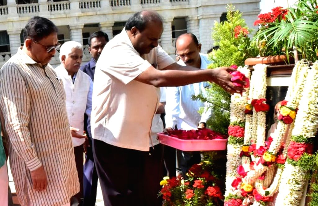 Karnataka Chief Minister HD Kumaraswamy pays floral tribute to Mahatma Gandhi on his birth anniversary at Vidhan Soudha in Bengaluru on Jan 30, 2019. - H