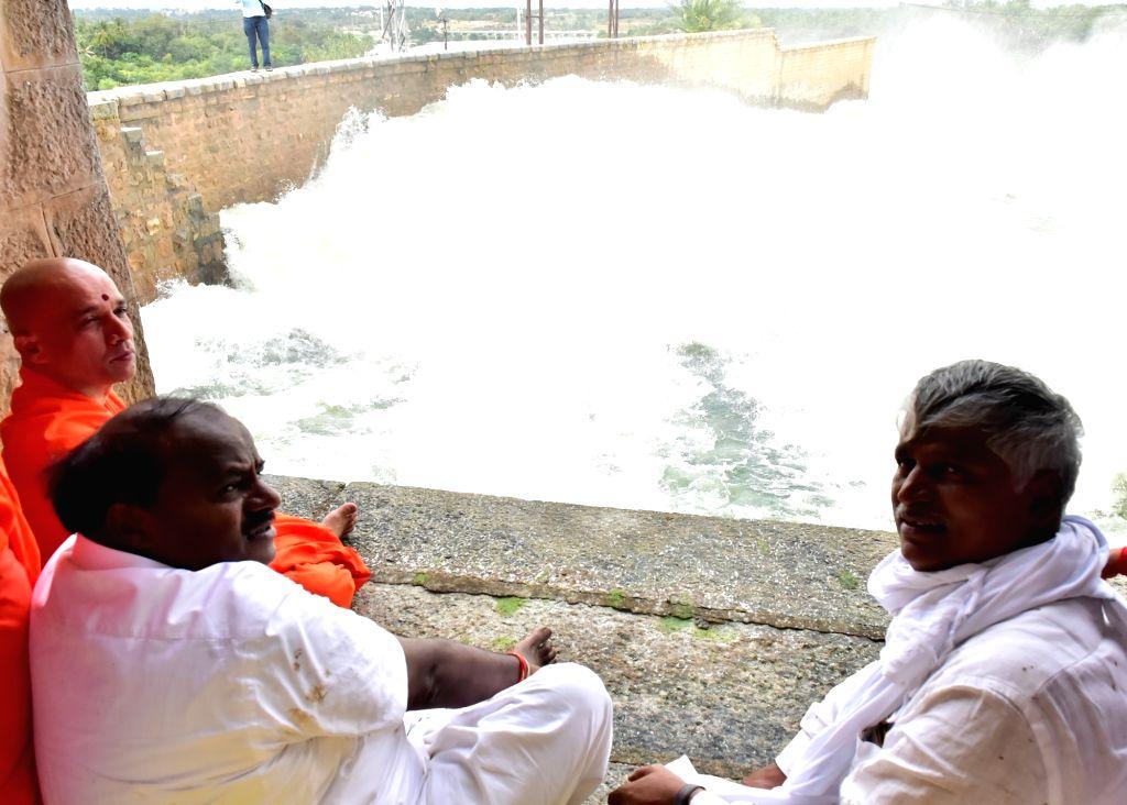 Karnataka Chief Minister HD Kumaraswamy visits the Krishnaraja Sagar (KRS) reservoir with Sri Nirmalanandanatha Swami of Adi Chunachanagiri Mut and others, in Mandya district of Karnataka on ... - H