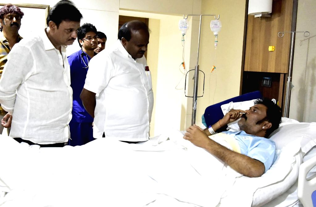 Karnataka Chief Minister HD Kumaraswamy visits Congress MLA Anand Singh in a Bengaluru hospital on Jan 26, 2019. He was hospitalised after being injured in an alleged brawl with another ... - Anand Singh