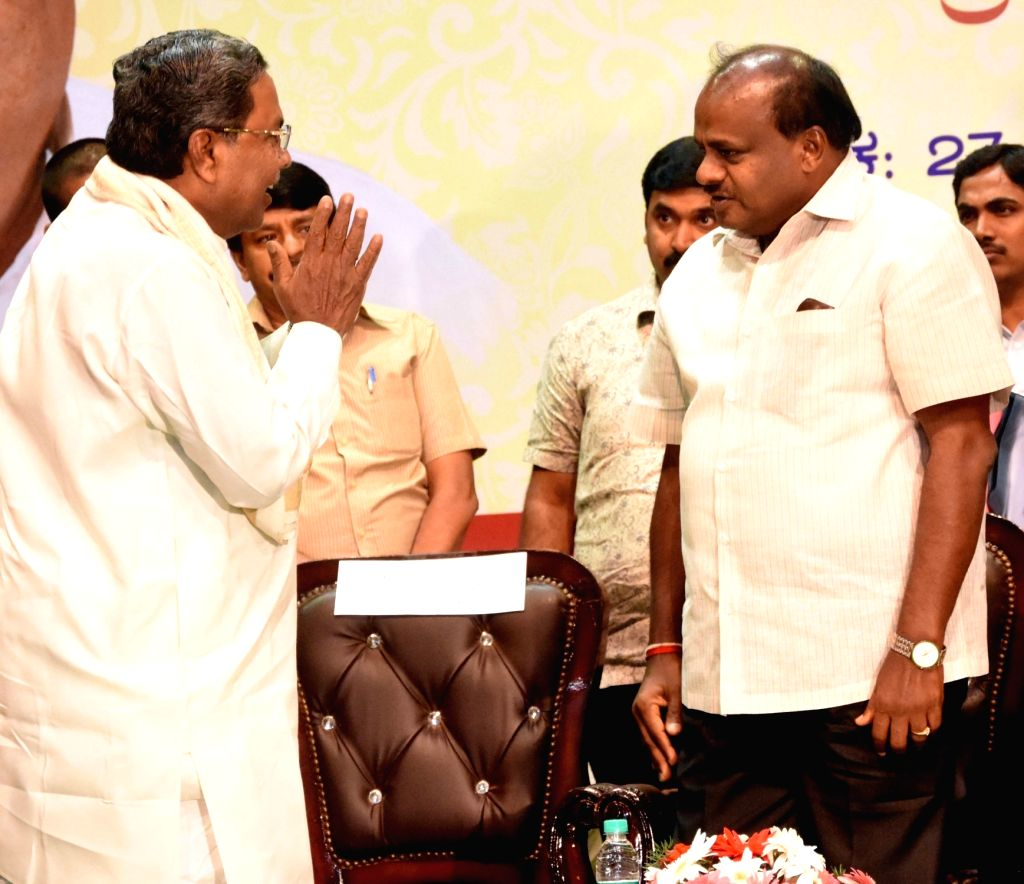 Karnataka Chief Minister HD Kumarswamy with former Karnataka Chief Minister Siddaramaiah and Prabhavati w/o late former Karnataka Chief Minister N. Dharam Singh during 1st death ... - N. Dharam Singh