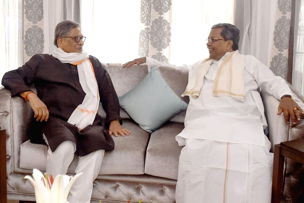 Karnataka Chief Minister Siddaramaiah calls on Congress leader SM Krishna over the cauvery water issue in Bengaluru on Sept 22, 2016. - Siddaramaiah