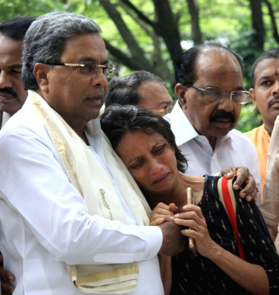 Karnataka Chief Minister Siddaramaiah consoles a relative of senior Kannada journalist and social activist Gauri Lankesh in Bengaluru on Sept 6, 2017. Editor of the weekly Kannada ... - Siddaramaiah