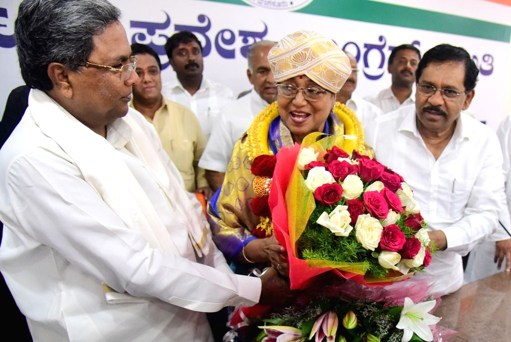 Karnataka Chief Minister Siddaramaiah felicitates UPA presidential candidate Meira Kumar during her visit to campaign for presidential election in Bengaluru on July 1, 2017. - Siddaramaiah and Meira Kumar