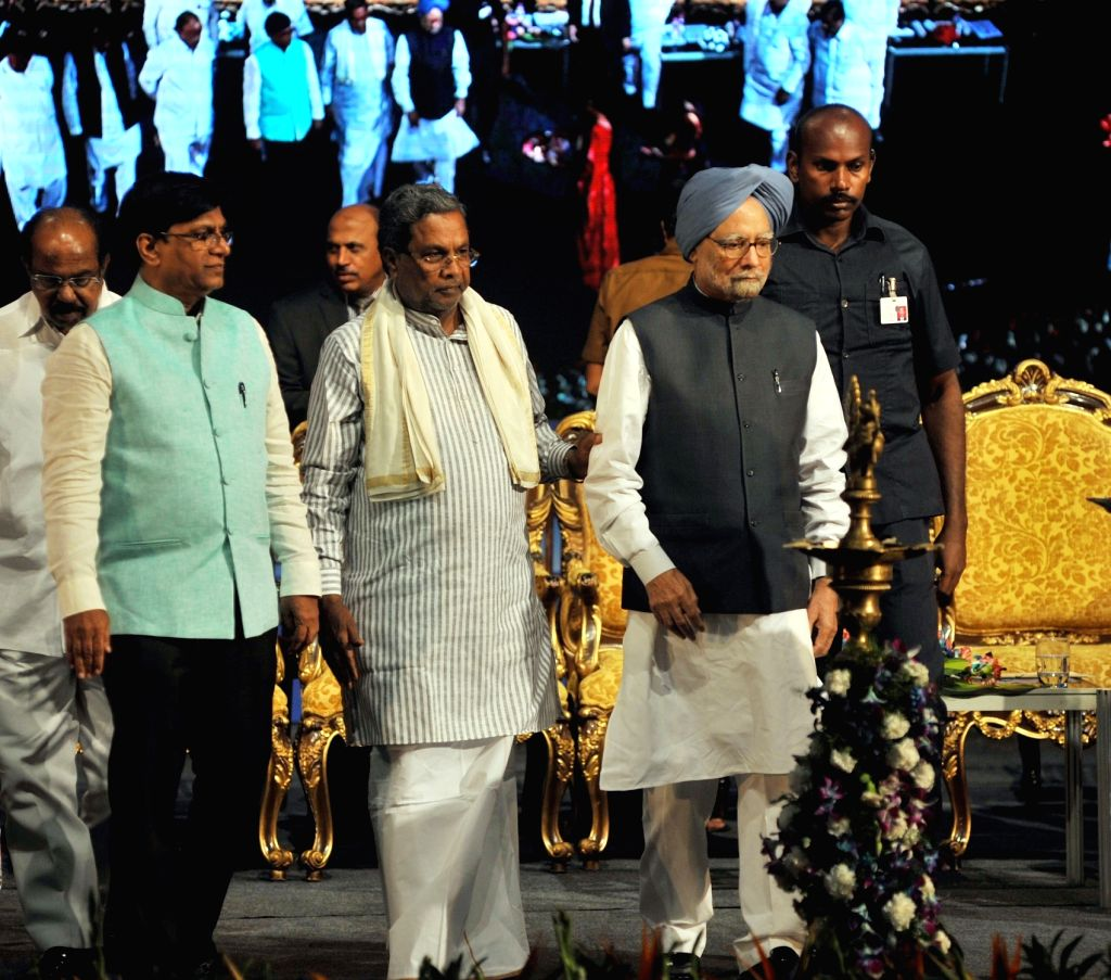 Karnataka Chief Minister Siddaramaiah, Former Prime Minister of India Manmohan Singh and former RBI Governor C Rangarajan during inauguration of academic session of Bengaluru Dr. B R ... - Siddaramaiah and Manmohan Singh