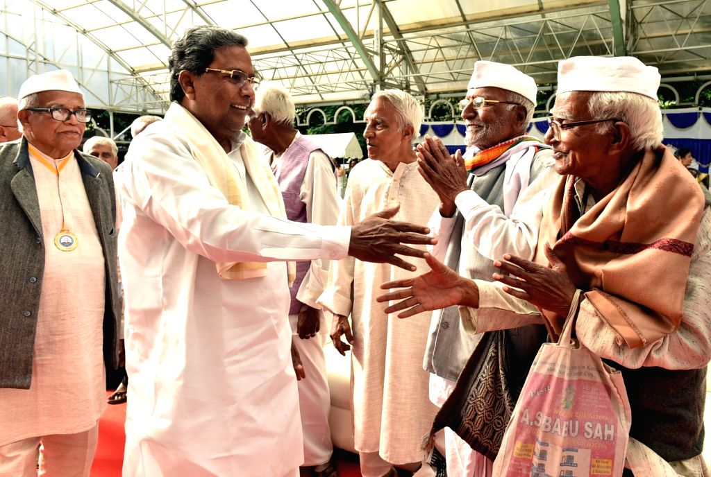 Karnataka Chief Minister Siddaramaiah greets freedom fighters during the tea party organised at Rajbhavan in Bengaluru on Aug 9, 2016. - Siddaramaiah