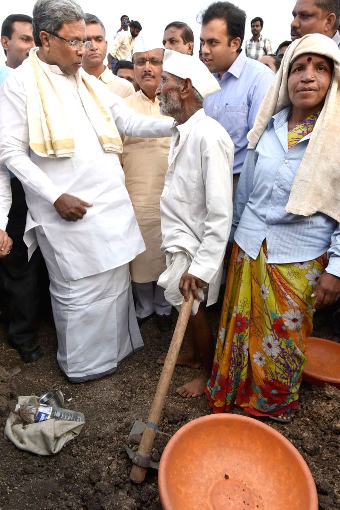 Karnataka Chief Minister Siddaramaiah interacts with people during his visit to draught affected areas of state in Karnataka on April 16, 2016. - Siddaramaiah
