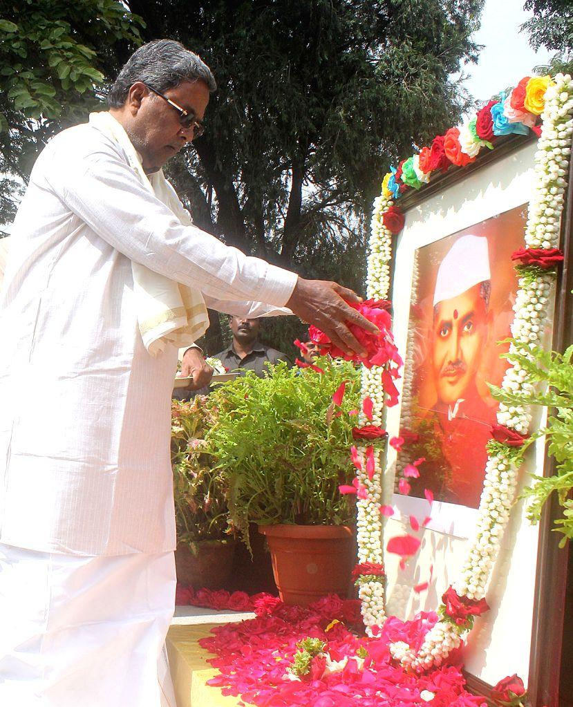 Karnataka Chief Minister Siddaramaiah pays tribute to Former Prime Minister Lal Bahadur Shastri on his birth anniversary in Bengaluru on Oct 2, 2017. - Siddaramaiah