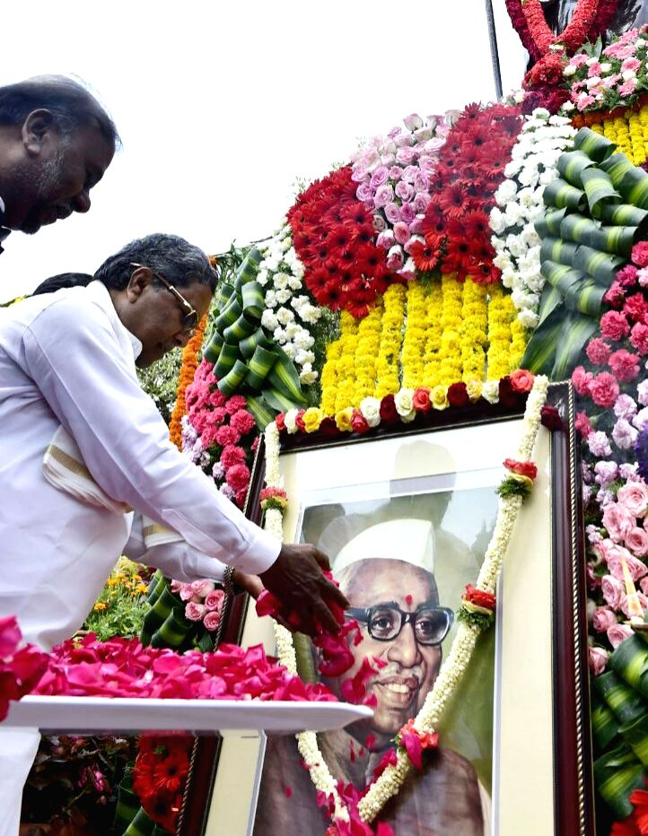 Karnataka Chief Minister Siddaramaiah pays tributes to Babu Jagjivan Ram on his 111th birthday anniversary at Vidhana Soudha, in Bengaluru on April 5, 2018. - Siddaramaiah