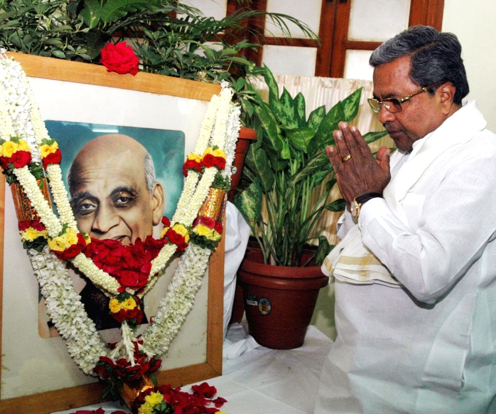 Karnataka Chief Minister Siddaramaiah pays floral tribute to the first Home Minister of India Sardar Vallabhai Patel in Bengaluru on Oct 27, 2016. - Siddaramaiah and Sardar Vallabhai Patel
