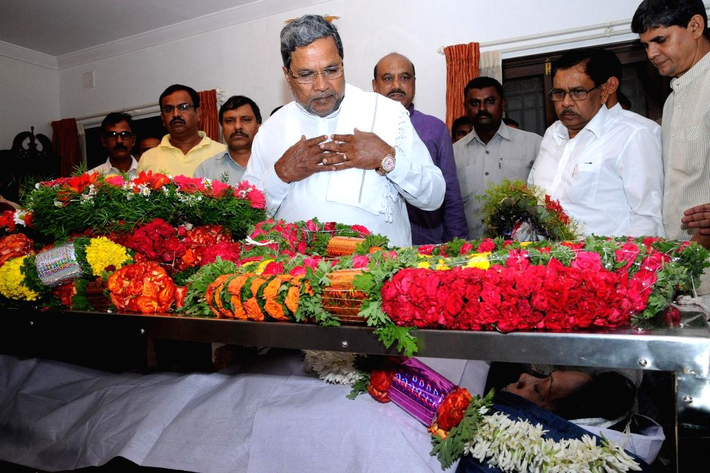 Karnataka Chief Minister Siddaramaiah pays his last respect to Sunandamma wife of Karnataka Assembly speaker Kagodu Thimmappa in Bangalore on July 30, 2014.
