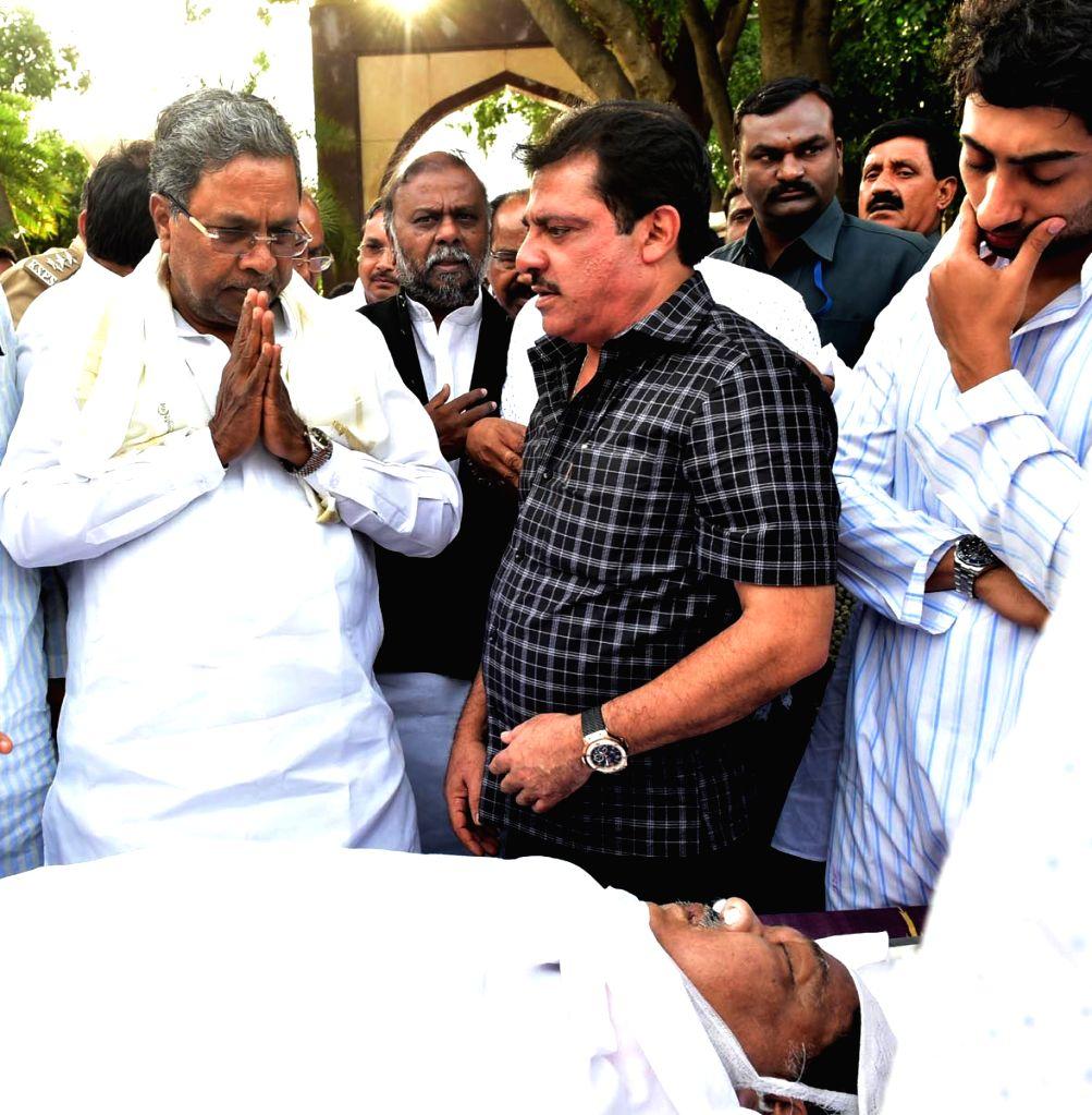 Karnataka Chief Minister Siddaramaiah pays last respects to Veteran Congress lawmaker and former Karnataka Minister Qamarul Islam who passed away following a cardiac arrest in Bengaluru on ... - Siddaramaiah