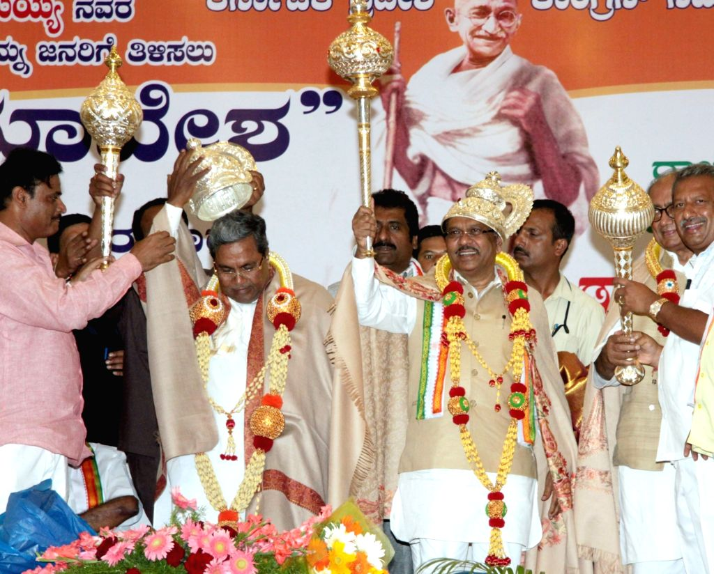 Karnataka Chief Minister Siddaramaiah with Congress leader Digvijaya Singh and others during a party programme in Bengaluru, on Oct 27, 2016. - Siddaramaiah and Digvijaya Singh