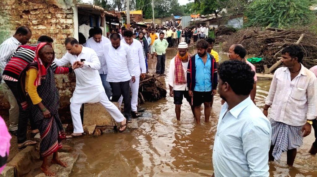 Karnataka Congress chief Dinesh Gundu Rao during his visit to Karnataka's flood affected Hubballi, on Aug 10, 2019. - Dinesh Gundu Rao