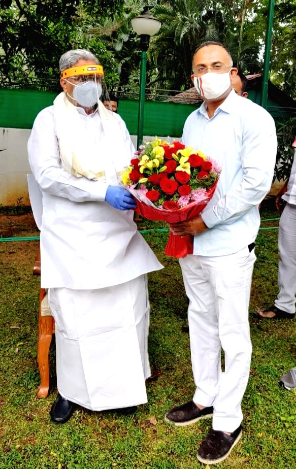 Karnataka Congress leader Dinesh Gundu Rao being greeted by Congress Legislature Party (CLP) leader Siddaramiah after being appointed as the new party in-charge of Tamil Nadu, Pondicherry ... - Dinesh Gundu Rao