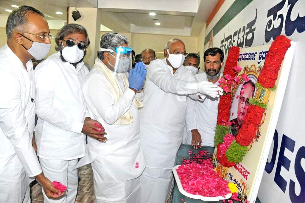 Karnataka Congress leaders Mallikarjuna Kharge, Siddaramaiah, Eshwar Khandre and Dinesh Gundurao pay tributes to Former President Pranab Mukherjee, at the state party headquarters in ... - Pranab Mukherjee