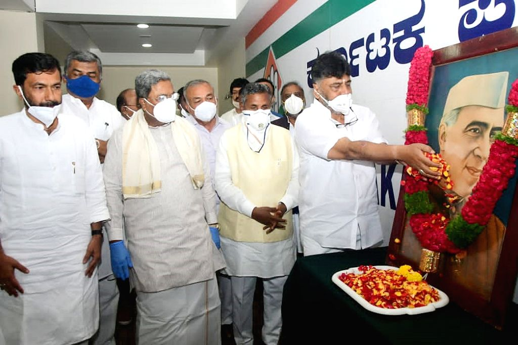Karnataka Congress President DK Shivakumar, Congress Legislature Party er Siddaramaiah, party leaders Ramalinga Reddy, KH Muniyappa, BK Hariprasad and other leaders of the party pay ... - Pandit Jawaharlal Nehru and Ramalinga Reddy