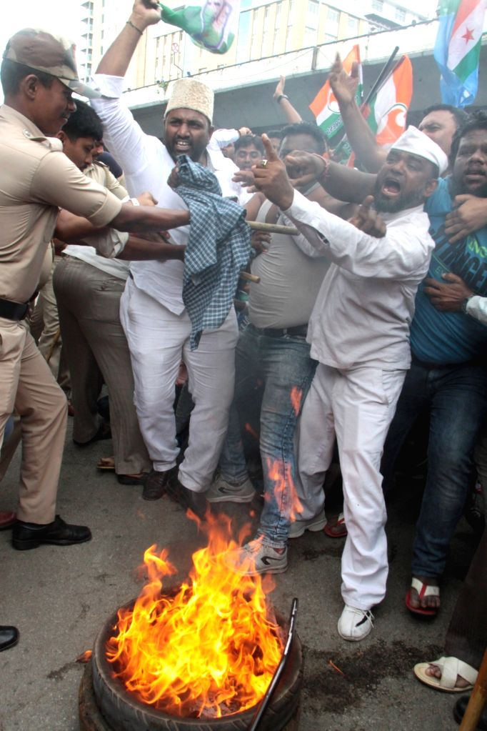 Karnataka Congress workers protesting against the arrest of senior party leader D.K. Shivakumar, clash with the police in Bengaluru on Sep 4, 2019.