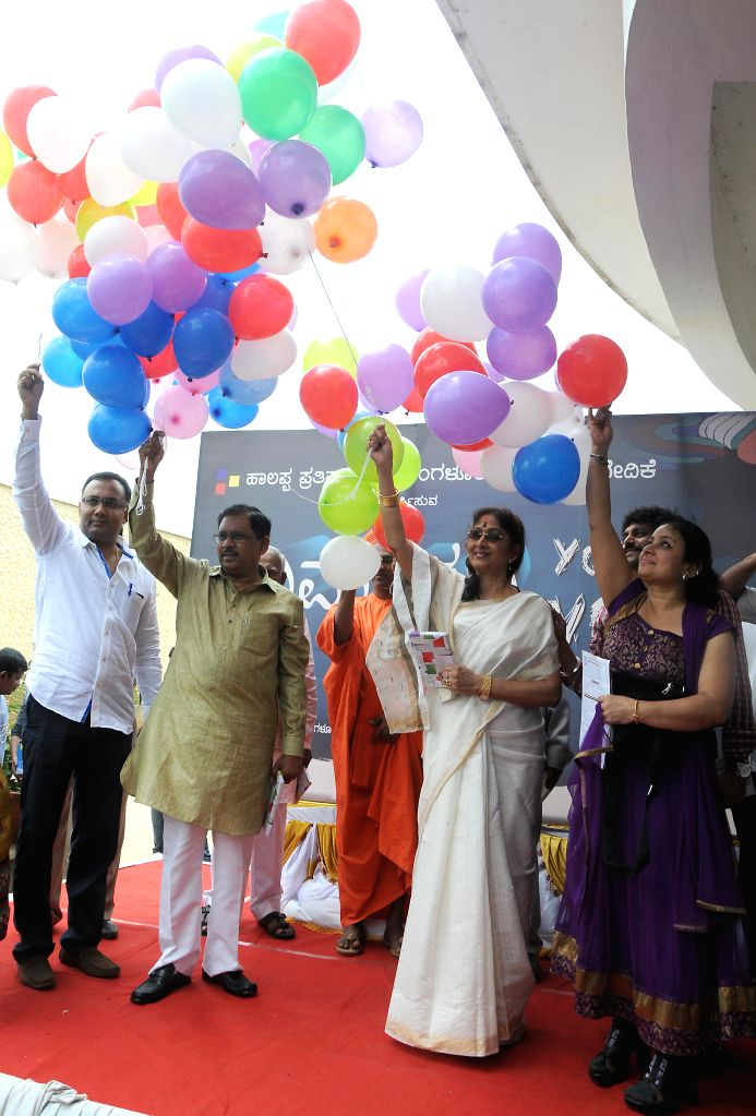 Karnataka Food and Civil Supplies Minister Dinesh Gundu with Karnataka Congress chief G. Parameshwara during inauguration of `Your Voice` a programme organised by Bangalore Citizen Forum  in ... - Dinesh Gundu