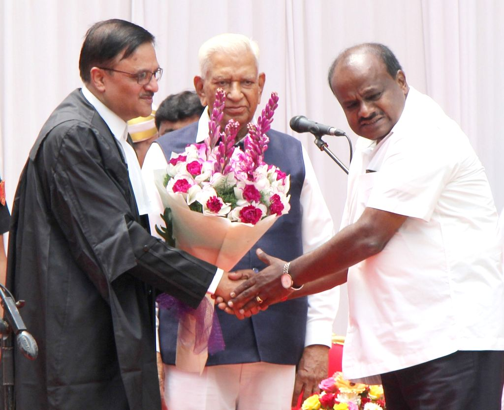 Karnataka Governor Vajubhai Rudabhai Vala, Chief Minister HD Kumaraswamy felicitate newly sworn-in Karnataka High Court Chief Justice Abhay Shreeniwas Oka, in Bengaluru, on May 10, 2019. - H