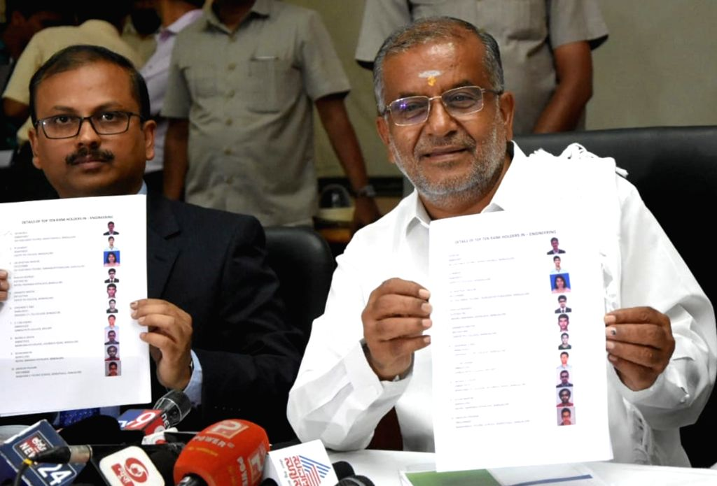 Karnataka Higher Education Minister G.T. Devegowda and Higher Education Department Executive Director Girish release 2019 Karnataka Common Entrance Test (KCET) examination results at ... - G.
