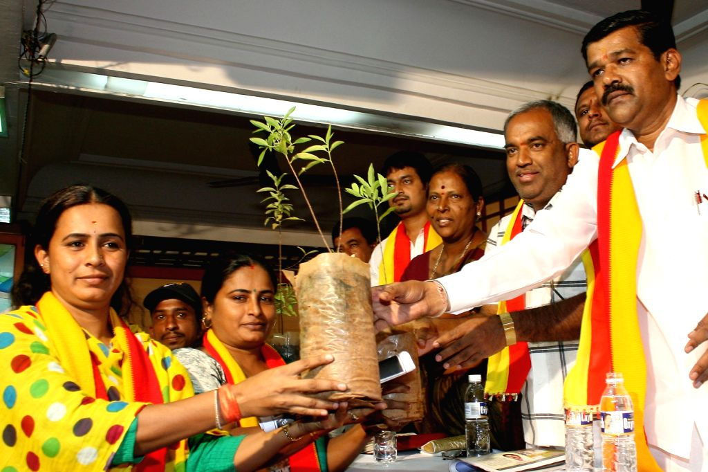 Karnataka Janapara Vedike President Ramesh Gowda with leaders of Farmers' Association during a seminar on Sugarcane and Bio fuel organised by Karnataka Janapara Vedike in Bangalore on Dec.20, ...