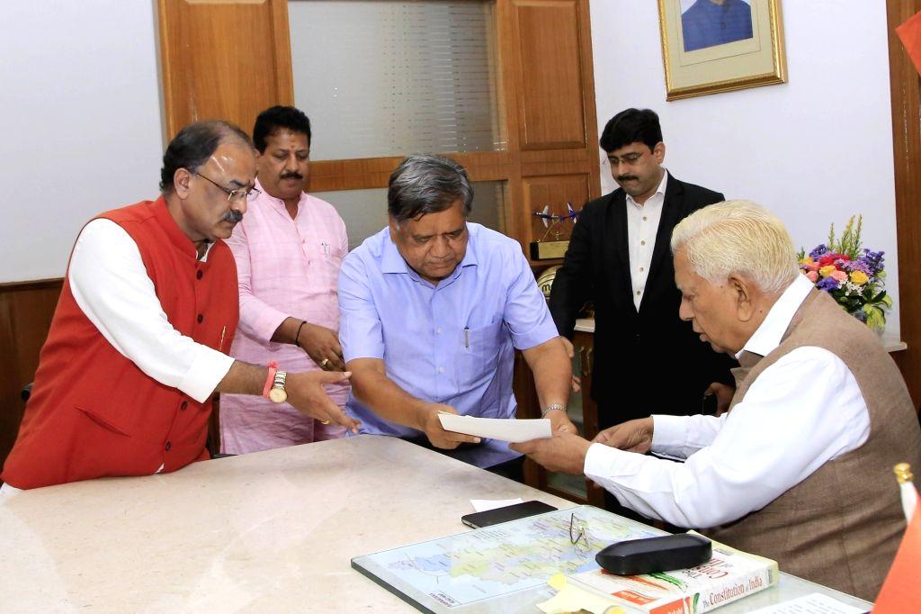 Karnataka legislators Jagadish Shettar,  Basavaraj Bommai, Arvind Limbavali, SR Vishwanath and N Ravikumar submit a memorandum to Karnataka Governor Vajubhai Vala in Bengaluru on July 18, 2019.