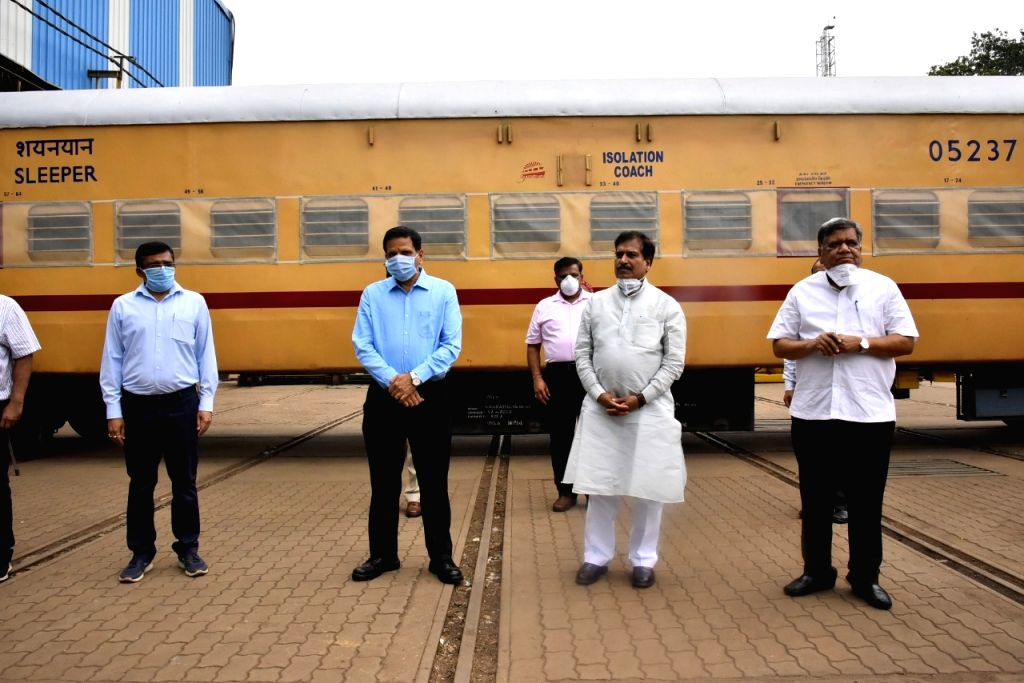 Karnataka railway staff pay rich tributes to Angadi