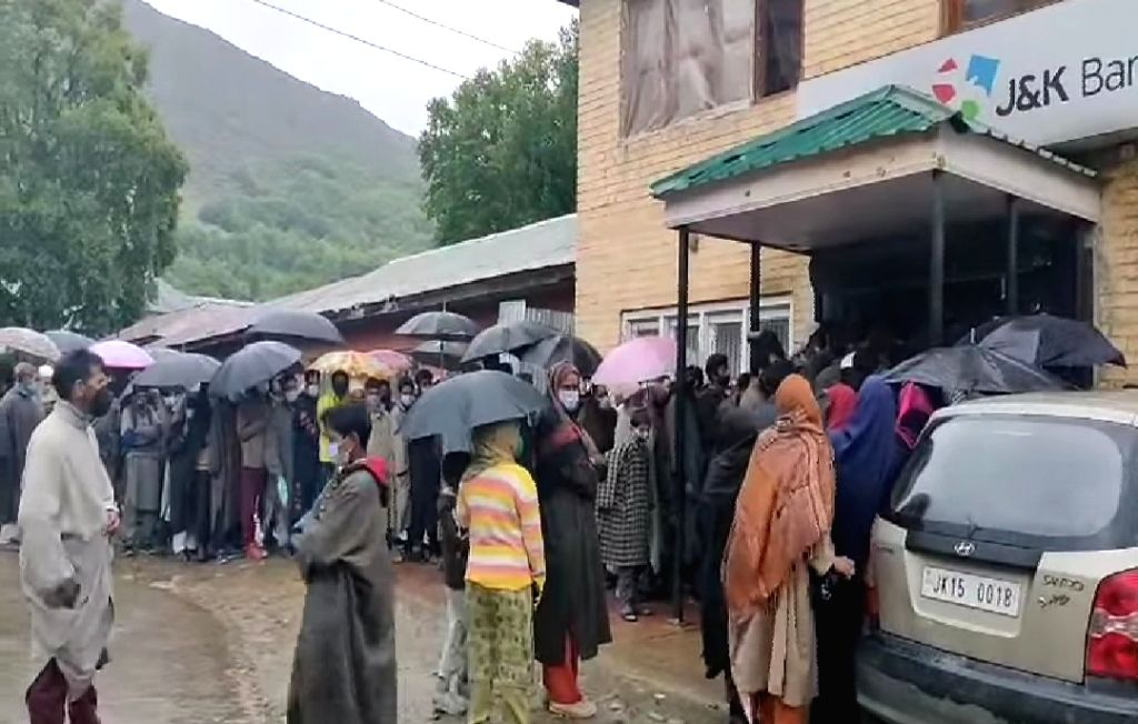Kashmiris defy logic & lockdown, throng banks, markets.