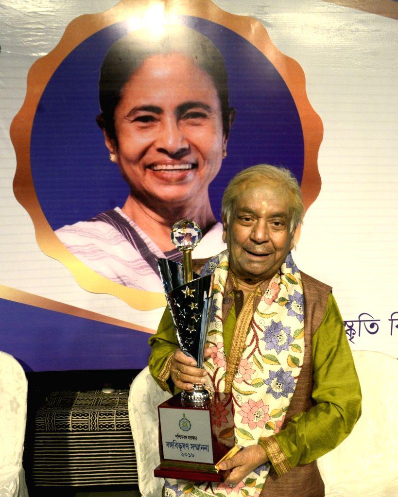 Kathak Maestro Pandit Birju Maharaj during the presentation of Banga Bibhushan award - highest civilian award of West Bengal, in Kolkata on May 26, 2018.