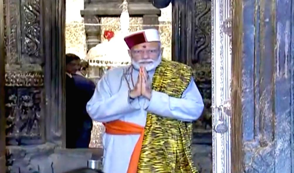 Kedarnath: Prime Minister Narendra Modi offers prayers at the the Kedarnath shrine, in Uttarakhand's Kedarnath on May 18, 2019. (Photo: IANS) - Narendra Modi