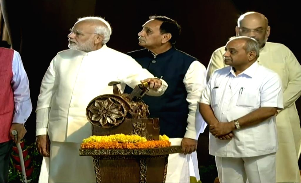 :Kevadia (Gujarat): Prime Minister Narendra Modi along with Gujarat Chief Minister Vijay Rupani and Deputy Chief Minister Nitin Patel unveils 182-metre high 'Statue of Unity' in honour of ...