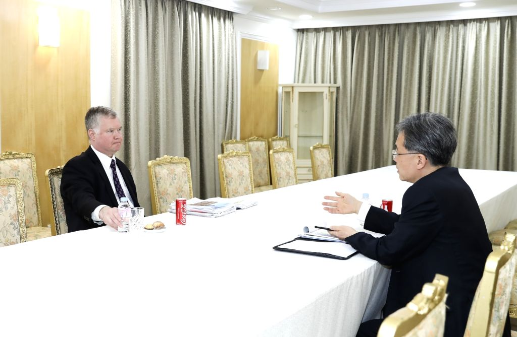 Kim Hyun-chong (R), second deputy chief of the presidential National Security Office, and U.S. Special Representative for North Korea Stephen Biegun meet at the presidential office in Seoul on May ...