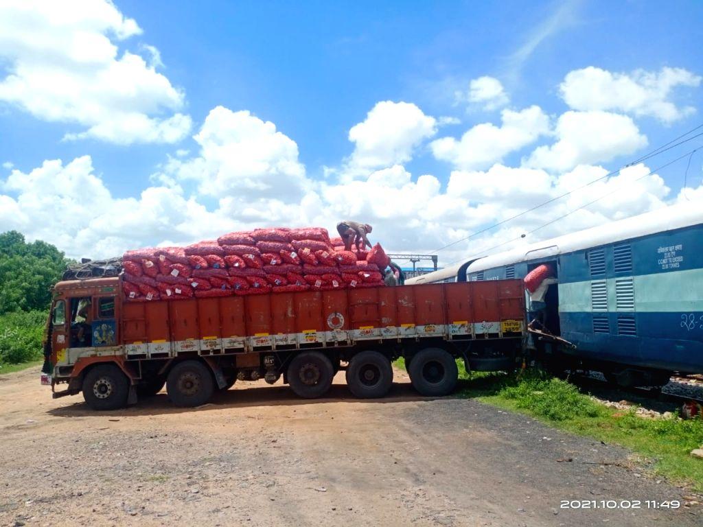 Kisan Rail transports 361 tons of Telangana onions to West Bengal.