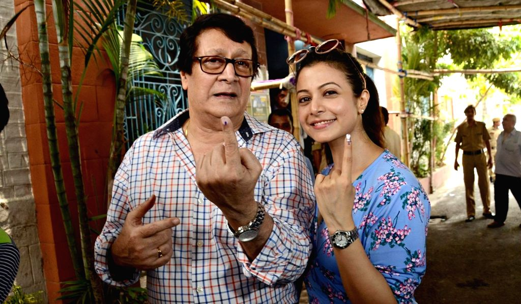 Kolkata: Actor Ranjit Mallick with his daughter-actress Koel Mallick, show their forefinger marked with indelible ink after casting vote during the last phase of 2019 Lok Sabha polls, in Kolkata, on May 19, 2019. (Photo: IANS) - Ranjit Mallick
