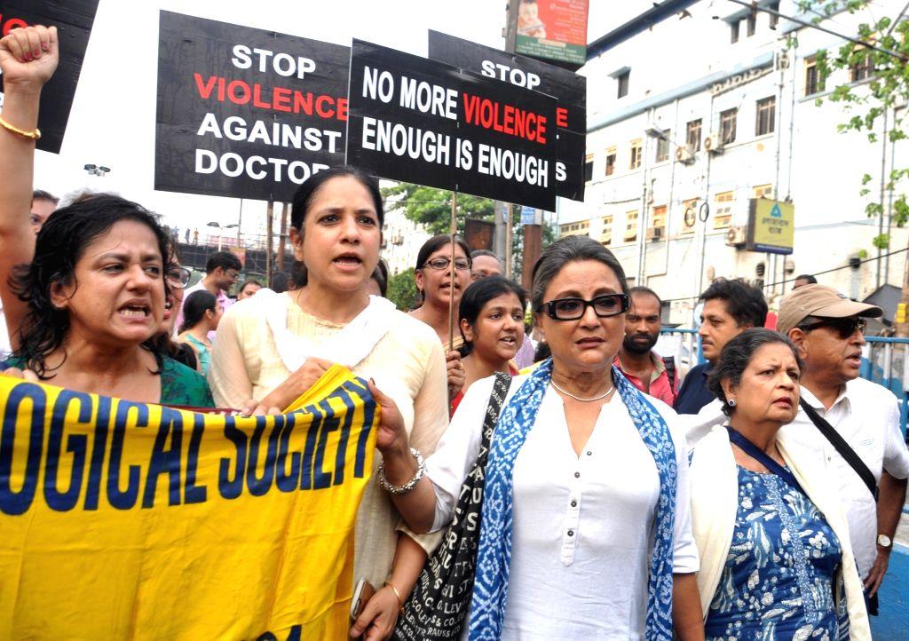 Kolkata: Actress Aparna Sen joins junior doctors marching to protest against the alleged assault on junior doctors in Kolkata on June 14, 2019. (Photo: Kuntal Chakrabarty/IANS) - Aparna Sen