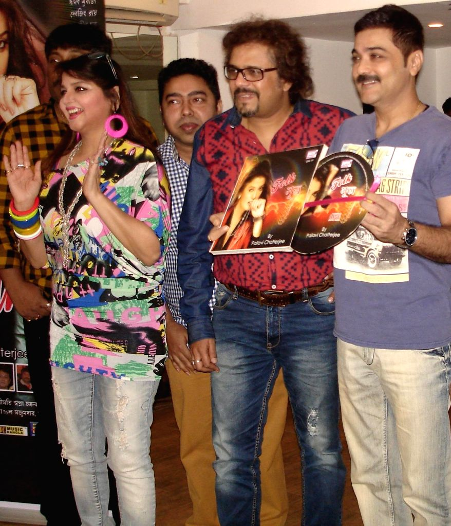 Actress Pallavi Chatterjee, singer Debjit Ray, music composer Neel Dutta, percussionist Bickram Ghosh, actor Prosenjit Chatterjee at the launch of Pallavi Chatterjee`s music album ``Folk ... - Bickram Ghosh and Prosenjit Chatterjee