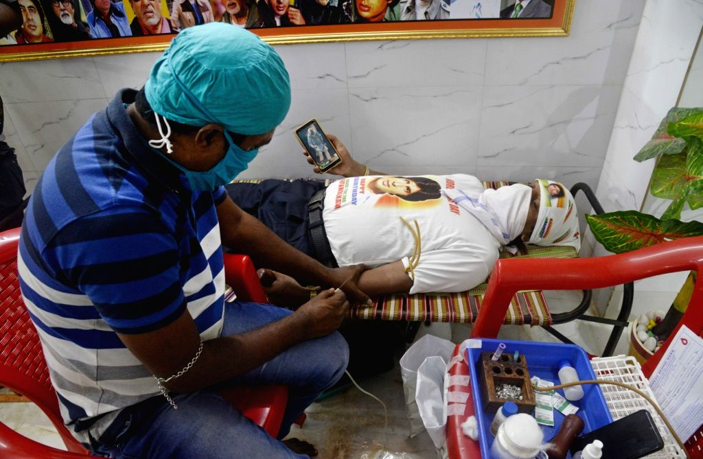 Kolkata : All Bengal Amitabh Bachchan Fans' Association (ABFA) activists donate blood after performing 'mangala yajna' to mark the time when actor Amitabh Bachchan came out of coma after an accident ... - Amitabh Bachchan