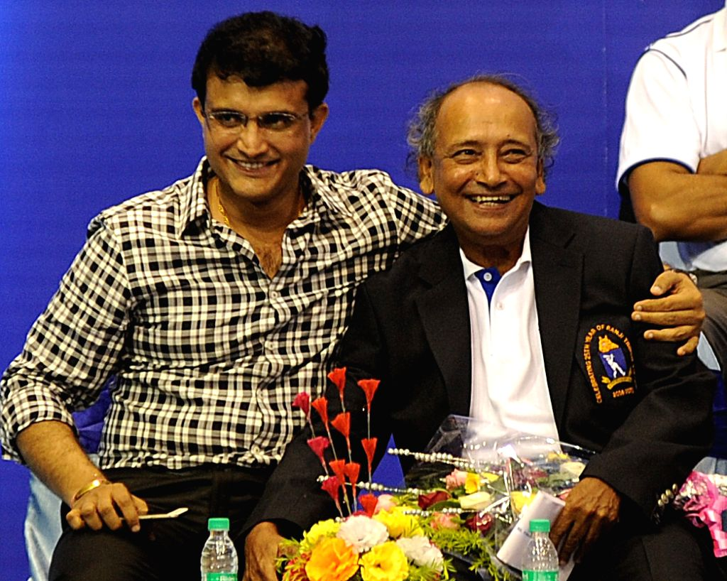 BCCI president Jagmohan Dalmia with former Bengal cricketer's who won the Ranji trophy 25 years ago during a CAB programme in Kolkata, on April 1, 2015.