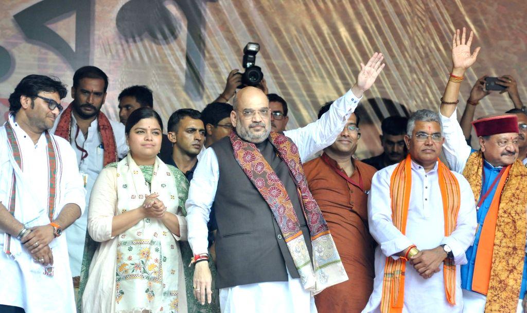 :Kolkata: BJP chief Amit Shah, Union Minister and BJP leader Babul Supriyo, BJP general secretary Kailash Vijayvargiya, BJP West Bengal BJP president Dilip and Bharatiya Janata Yuva Morcha (BJYM) ...
