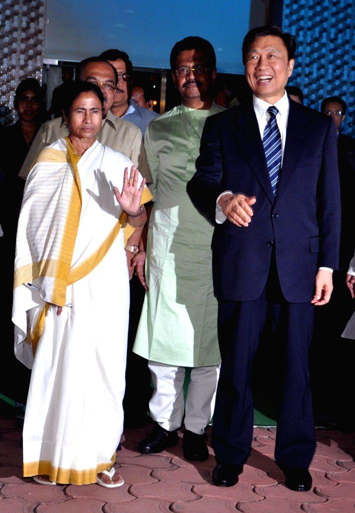 :Kolkata: Chinese Vice President Li Yuanchao with West Bengal Chief minister Mamata Banerjee during a meeting at Eco Park in Kolkata on Nov. 5, 2015. . - Mamata Banerjee