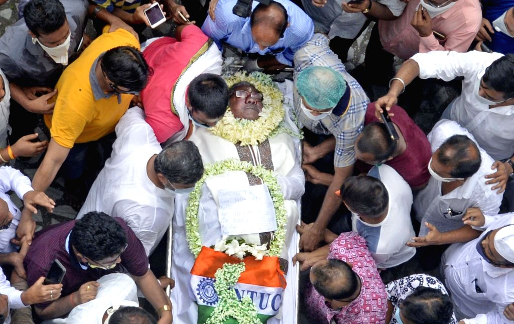 Kolkata : Congress leaders and activists pay tributes to the late West Bengal Pradesh Congress Committee (WBPCC) president Somen Mitra who passed away today, at Bidhan Bhaban in Kolkata on July 30, ...